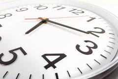 Zegar lub czasu abstrakta tło bielu zegar z czerwienią i blac Zdjęcia Royalty Free