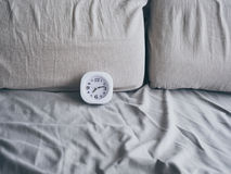 Zegar na łóżku w ranku Obrazy Royalty Free