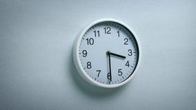 3 30 zegar na ścianie zbiory