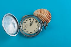 Zegar na błękitnym tle Obrazy Royalty Free
