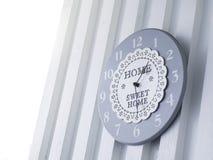 Zegar na biały ścienny plenerowym z teksta cukierki domem Zdjęcia Royalty Free
