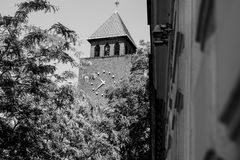 Zegar na budynku fotografującym w centrum miasta Zdjęcia Stock