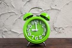 Zegar na Drewnianej podłoga z Cementowym tłem Zdjęcia Royalty Free