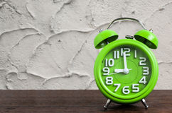 Zegar na Drewnianej podłoga z Cementowym tłem Fotografia Royalty Free