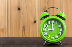 Zegar na Drewnianej podłoga z Drewnianym tłem Obrazy Stock