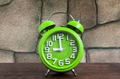 Zegar na Drewnianej podłoga z Kamiennym tłem Obraz Stock
