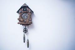 zegar nad odizolowane w ścianie white Obrazy Royalty Free
