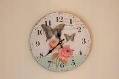 zegar nad odizolowane w ścianie white Czas dla ściennego zegaru Zegar wieszający nad ścianą Stary ścienny zegar z różanym i motyl Fotografia Royalty Free