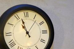 zegar nad odizolowane w ścianie white Duży zegarowy obwieszenie na popielatej ścianie fotografia royalty free