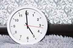 zegar nad odizolowane w ścianie white Round klasyków zegarki w mieszkaniach tła pojęcia odosobniony przedmiota czas biel Zegar w  Fotografia Royalty Free