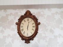 zegar nad odizolowane w ścianie white Obraz Royalty Free
