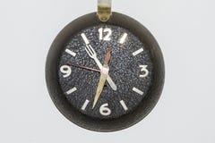 zegar nad odizolowane w ścianie white zdjęcia royalty free