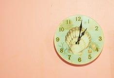 zegar nad odizolowane w ścianie white Obrazy Stock