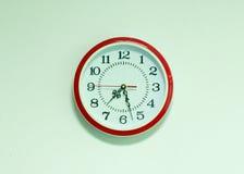 zegar nad odizolowane w ścianie white Fotografia Stock