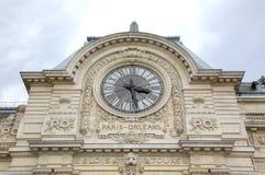 Zegar przy Musee d'Orsay - stara stacja kolejowa Fotografia Royalty Free