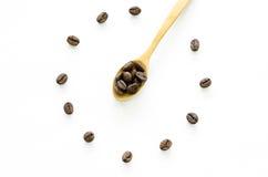 Zegar robić od kawowych fasoli na białym tle, miłości kawa Fotografia Stock