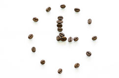 Zegar robić od kawowych fasoli na białym tle, miłości kawa Zdjęcia Stock
