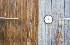 Zegar w drewnianym tła popołudnia czasie Zdjęcie Royalty Free