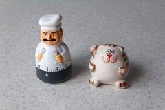 Zegar w postaci kucharza z kotem w kuchni zdjęcie royalty free