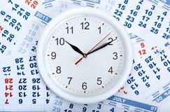 Zegar z ściennym kalendarzem ciąć na arkusze z liczbą dni Zdjęcia Royalty Free