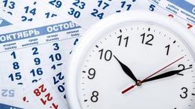Zegar z ściennym kalendarzem ciąć na arkusze z liczbą dni Obrazy Royalty Free
