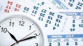 Zegar z ściennym kalendarzem ciąć na arkusze z liczbą dni Obraz Stock