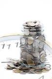 Zegar z słojem Tajlandzkiego bahta monety Fotografia Stock