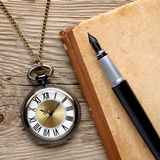 Zegarek, fontanny pióro i nutowa książka, Obrazy Stock
