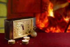 Zegarek i świeczki na stole pożarniczy kominek Zdjęcia Stock