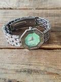 Zegarek na drewnianym tle Obraz Stock