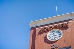 Zegarek na fasadzie AT&T park obrazy stock