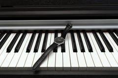 Zegarek na fortepianowej klawiaturze Pojęcie muzyka i czas zdjęcia royalty free