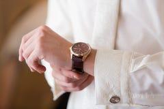 Zegarek na rękach Zdjęcia Stock