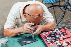 Zegarek remontowa usługa przy pchli targ Fotografia Stock