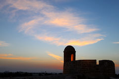 Zegarka wierza Bahrajn fort podczas zmierzchu Obraz Stock