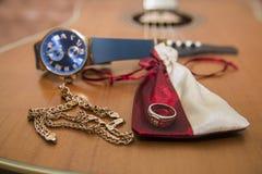 Zegarki, złocisty pierścionek, bransoletki i gitara, Zdjęcia Royalty Free