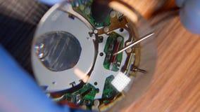 Zegarmistrz w rękawiczkach pracuje reparing rocznika zegarek z pomocą powiększać - szkło zdjęcie stock