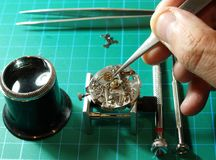 Zegarmistrza naprawiania zegarek fotografia stock
