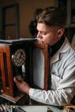 Zegarmistrza zegarowego wahadła remontowy mechanizm Obraz Royalty Free