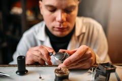 Zegarmistrzy zegarów remontowa stara przekładnia Fotografia Stock