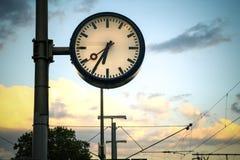 zegarowa tło ilustracja odizolowywał wektorowego ulica biel Wiszący zegar na miasto spacerze Zegar w taborowym sta Obraz Royalty Free