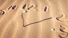 Zegarowa tarcza w piasku Obrazy Royalty Free