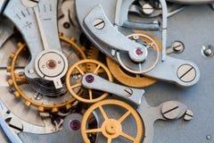Zegarowego przekazu makro- widok Stopwatch chronometru mechanizmu cogs przekładni kół związku pojęcie Płytka głębia Obraz Royalty Free