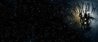 Zegarowy czas przy północy gwiaździstym niebem fotografia stock