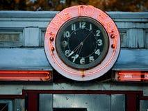 zegarowy gość restauracji je neonowego czas Fotografia Royalty Free