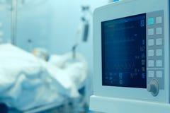 Zegarowy monitorowanie pacjent w intensywnej opiece Obrazy Royalty Free