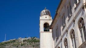 Zegarowy wierza Dubrovnik z halnym Srd w tle zdjęcia royalty free