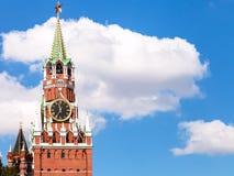 Zegarowy wierza Moskwa Kremlin i biel chmurnieje Fotografia Stock