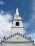Zegarowy wierza przeciw głębokiemu niebieskiemu niebu i bufiastym chmurom Zdjęcia Royalty Free