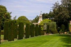Zegarowy wierza przegapia ogrodową nieruchomość Zdjęcia Royalty Free